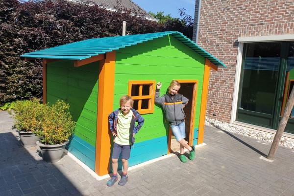 Speelhuisje van gerecycled hout