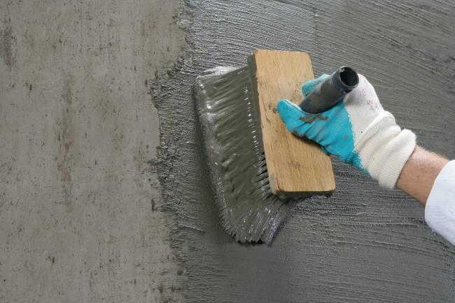 Het aanbrengen van WP Sulfatex om de keldermuren van binnenuit waterdicht te maken doet u met een blokkwast